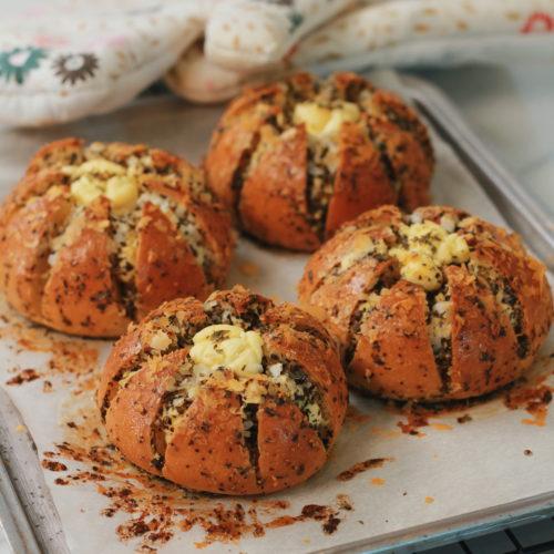Cream Cheese Garlic Bread (육쪽마늘빵) – TheZongHan